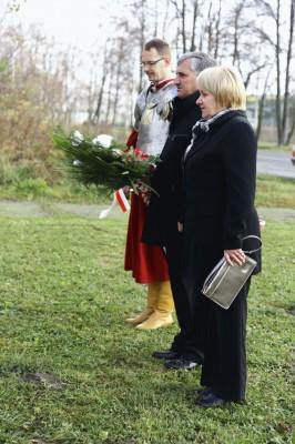 złożenie kwiatów pod krzyżem przy ulicy Szkolnej