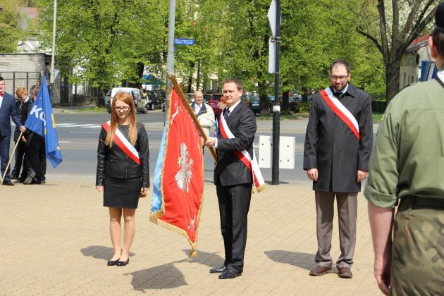 Poczet sztandarowy Gminy Ksawerów podczas uroczystości miejsko-powiatowych w Pabianicach