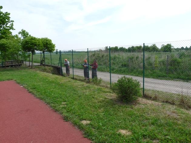 Wyzsza siatka przy boisku na Stadionie Sportowym Gminy Ksawerow